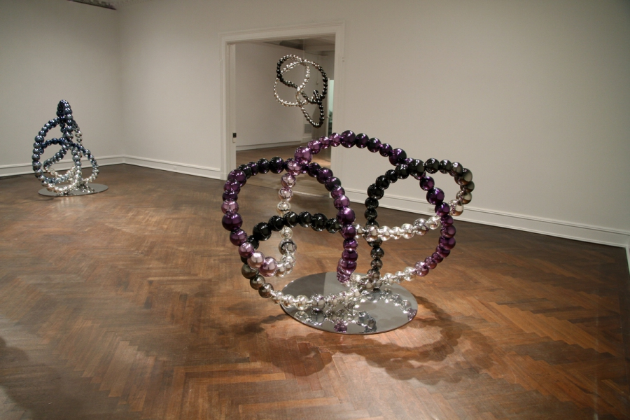 Black and purple Knot, 2012 (foreground). Mirrored glass, stainless steel. Blu Knot, 2012 (left). Mirrored glass, stainless steel. Black Knot, 2012 (in the background). Mirrored glass, stainless steel.