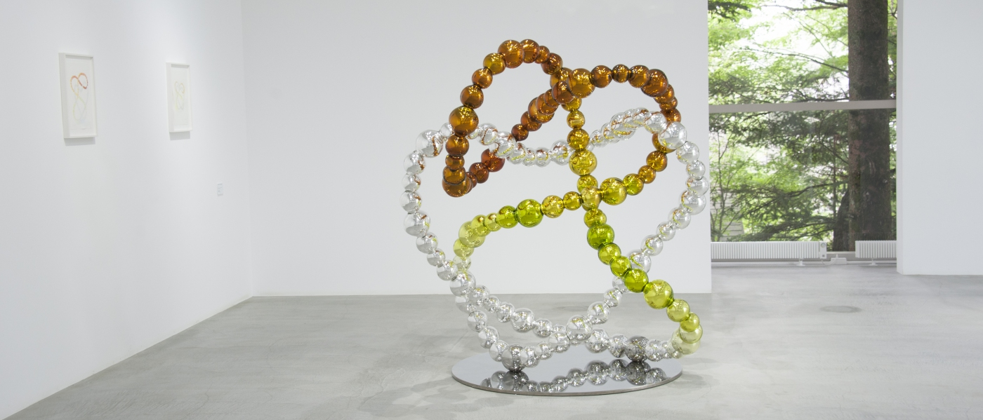The Knot of the Imaginary, 2012. Verre ambre scarabée miroité, inox. 180 x 165 x 135 cm